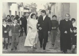 Gli sposi Giuseppe Serra, Pietrina fenu e il parroco Don Calvisi: archivio popolare fotografico