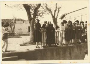 Rosaria Congiu, Pinuccia Pilurzi, Adalgisa Delfina Pilurzi (prime da sinistra sulla ringhiera): archivio popolare fotografico