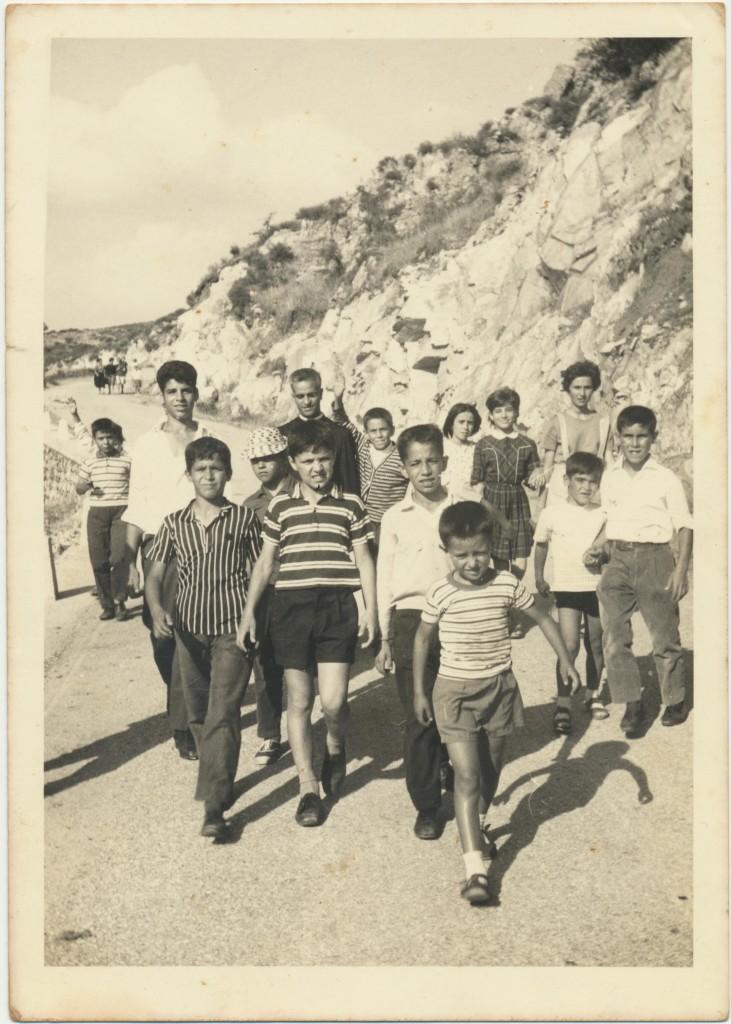 Don Casula e giovani parrocchiani: archivio popolare fotografico