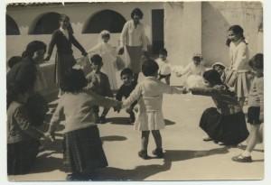 Gruppo di bambini a un matrimonio: archivio popolare fotografico