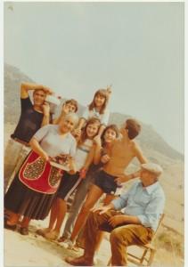 al centro con la bambina a cavallino Marisa Mulas, a sinistra in piedi col vino Cancedda Andrea, la signora Luche Michela. Seduto sulla sedia Bernardo Mulas: archivio popolare fotografico