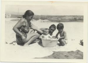 Maria Piras, nella bacinella Marisa Mulas, dietro Peppino Cancedda e Domenico Mulas: archivio popolare fotografico