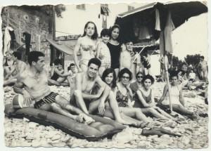 Maria Grazia Cancedda (con il costume nero), Serafina Pira (la prima da sinistra in piedi).: archivio popolare fotografico