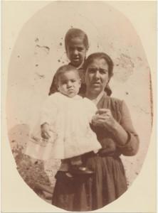 In piedi Maria Grazia Cancedda, la madre Maria Agata Piras e il fratello Giovanni Antonio Cancedda: archivio popolare fotografico