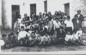bambini e catechiste presso la chiesa di San Pietro a Loculi: archivio popolare fotografico