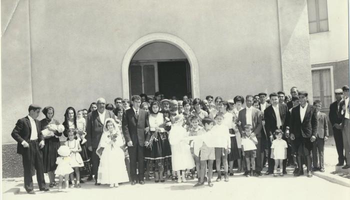 00291 Gli sposi Antonino Sini e Cristina Corda, insieme agli invitati
