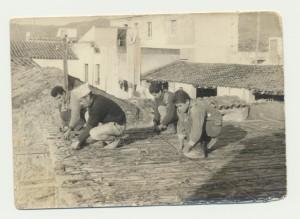 Ercole Sini, Antonino Sini, con il cappello in testa, Sebastiano Sanna e Raffaele Fois al lavoro presso la casa in costruzione di Ercole Sini.: archivio popolare fotografico