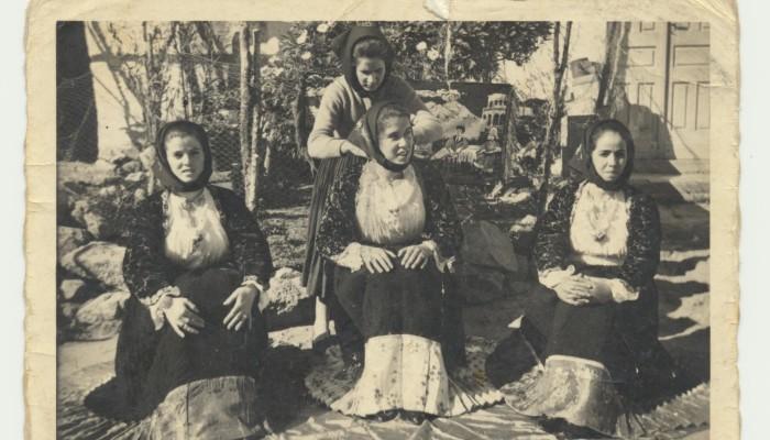 00307 Ragazze posano in costume tradizionale