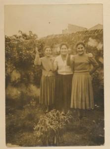Elena Floris con due cugine: archivio popolare fotografico