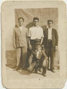 I Loculesi Giuseppe Serra, Francesco Puggioni, Giovanni Antonio Luche e , in ginocchio, Ercole Sini: archivio popolare fotografico