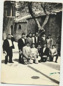 Ercole Sini, secondo da destra in pedi; Efisio Chessa, futuro sindaco di Loculi, primo da sinistra; Giuseppe Luche, terzo da sinistra: archivio popolare fotografico